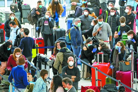 [사진] 마스크 착용 늘어난 JFK공항