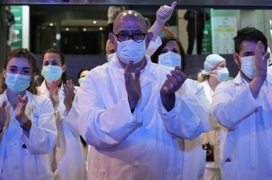 스페인 바르셀로나의 한 병원에서 의료진이 서로 격려하고 있다. 스페인에서는 마드리드와 바르셀로나 등 주요 대도시에서 상황이 악화하고 있다. [로이터=연합뉴스]