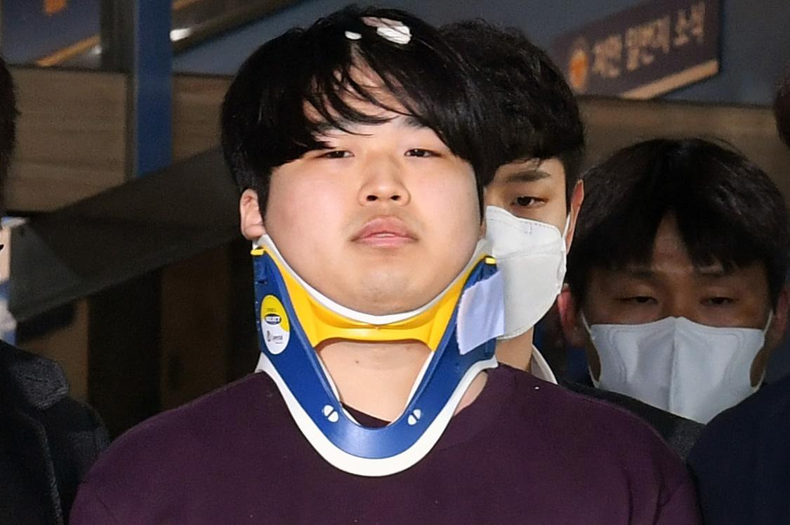 인터넷 메신저 텔레그램에서 미성년자를 포함한 최소 74명의 성 착취물을 제작·유포한 혐의를 받는 '박사방' 운영자 조주빈(25)이 25일 오전 서울 종로구 종로경찰서에서 서울중앙지방검찰청으로 이송되고 있다. 뉴스1