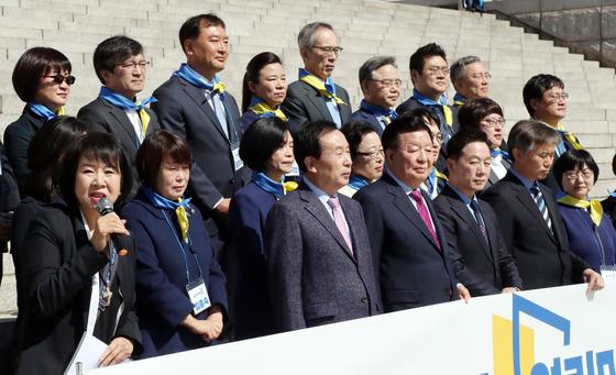 열린민주당이 지난 22일 국회 본청 앞에서 김의겸 전 청와대 대변인(윗쭐 왼쪽 두번째), 최강욱 전 공직기강비서관(윗줄 오른쪽 첫번째) 등 문재인 정부 청와대 출신을 망라한 4월 총선 비례대표 후보 명단을 공개했다. 변선구 기자