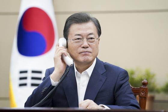 문재인 대통령이 26일 오전 청와대 여민관에서 쥐스탱 트뤼도 캐나다 총리와 전화 통화하고 있다. 사진 청와대