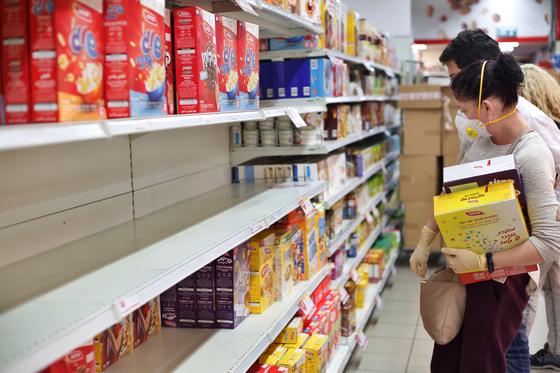 이스라엘에서 마스크를 쓴 사람들이 마트에서 식료품을 사고 있다. [신화=연합뉴스]
