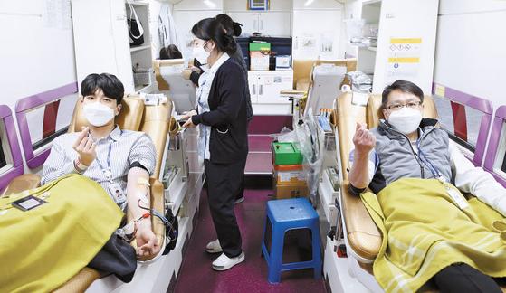캠코 직원들은 코로나19 여파로 비상이 걸린 혈액 수급을 돕기 위해 헌혈에 동참해 모은 약 200장의 헌혈증서를 대한적십자사에 기부했다. [사진 캠코]