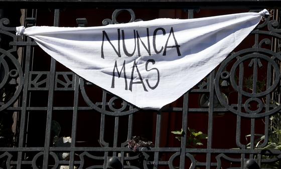 """아르헨티나 부에노스아이레스의 한 가정에서 발코니에 흰 손수건을 걸어놨다. """"더이상은 안 된다""""라는 메시지가 적혀있다. [AP=연합뉴스]"""