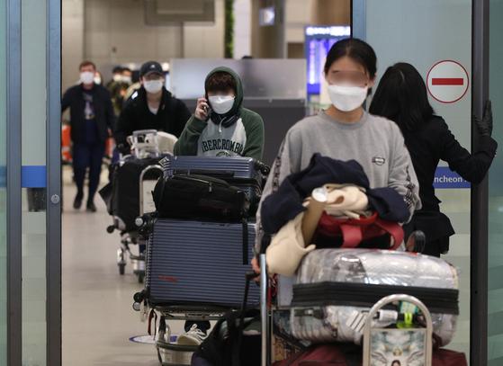 인천국제공항 1터미널에서 미국 샌프란시스코발 여객기 탑승객들이 입국장을 나서고 있다. 뉴스1
