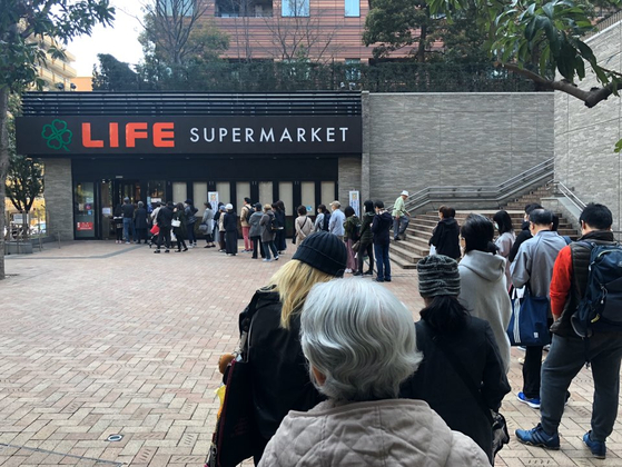 26일 오전 일본 도쿄 메구로구의 한 슈퍼마켓 앞에 시민들이 길게 줄을 서 있다. 서승욱 특파원