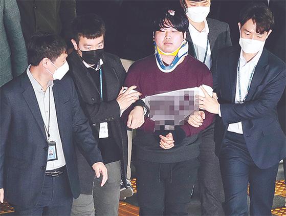 """미성년자를 포함한 여성들의 성 착취물을 제작·유포한 혐의를 받는 '박사방' 운영자 조주빈이 25일 검찰로 송치되기 위해 서울 종로경찰서를 나서고 있다. 이날 기자들 앞에 선 조씨는 '멈출 수 없었던 악마의 삶을 멈춰 주셔서 감사합니다""""고 심경을 밝혔다. 강정현 기자"""