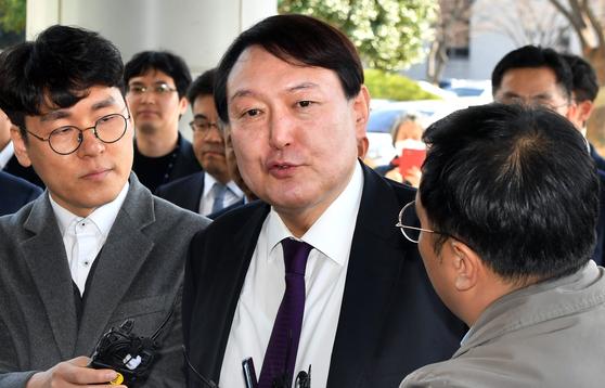 윤석열 검찰총장이 지난 2월 광주고등·지방검찰청에 들어서며 기자들 질문에 답하고 있다. [연합뉴스]