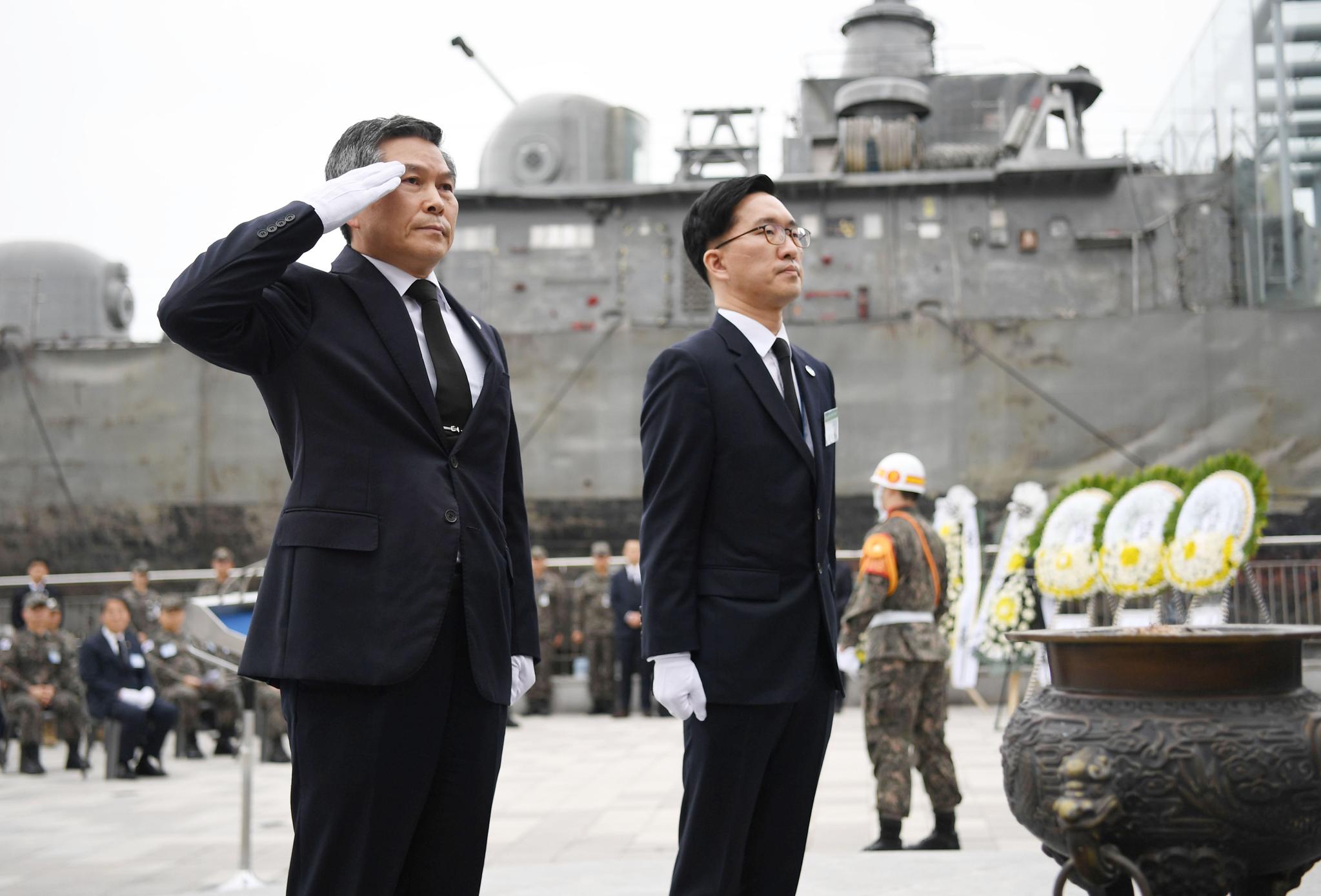 정경두 국방부 장관이 26일 평택 해군2함대사령부에서 열린 제10주기 천안함 추모식에서 경례하고 있다. 국방일보