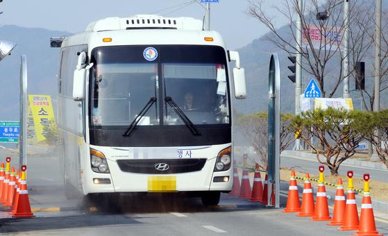 진천 법무연수원 임시검사시설에 수용 중인 입국자를 태우기 위해 버스가 들어서고 있다. 뉴스1