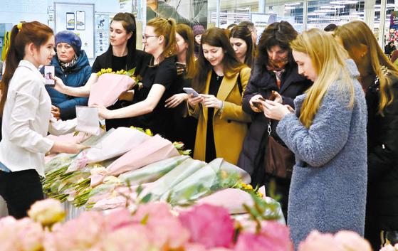 aT는 침체된 국내 화훼산업을 활성화하기 위해 지난 8일 '세계 여성의 날'에 러시아 블라디보스토크 대형쇼핑몰에서 'K-Flower 소비자 체험행사'를 열었다. [사진 aT]