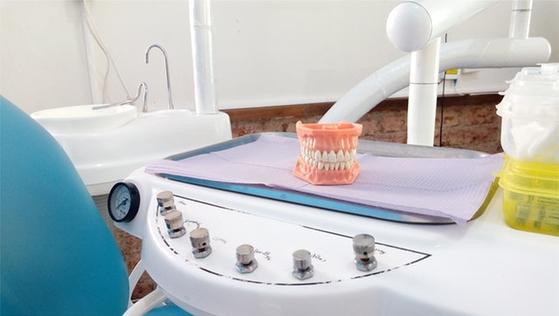 충치와 외상으로 부러진 치아를 치료 할 때는 다양한 시술법과 재료를 적용할 수 있습니다. [사진 pexels]