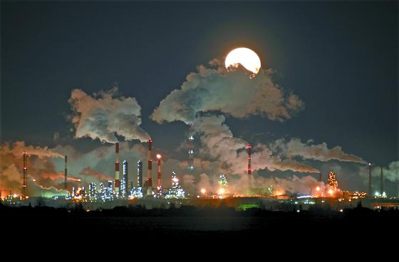 러시아와 사우디아라비아 간의 원유 증산 경쟁과 세계적 수요 감소가 맞물리며 국제 유가 하락세가 이어지고 있다. 사진은 러시아 에너지 기업 가즈프롬네프트의 옴스크 정유공장. [로이터=연합뉴스]