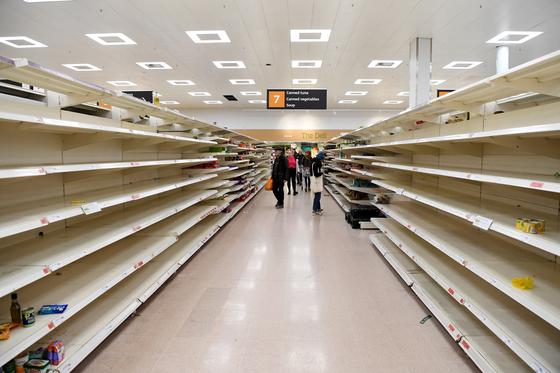영국에서도 신종 코로나 감염증이 크게 확산하고 있다. 시민들의 사재기로 텅 빈 슈퍼마켓의 모습. [EPA=연합뉴스]