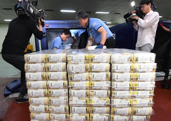 한국은행이 4월부터 6월까지 3개월간 사상 처음으로 금융회사에 유동성을 무제한 공급하기로 했다. 한은이 한국판 양적완화에 돌입한 것이다. 사진은 지난해 9월 한국은행 강남본부에서 관계자들이 추석 자금을 방출하는 모습. 뉴스1