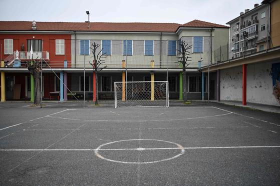 지난 22일 이탈리아 북서부 도시 쿠 네오에 있는 산 조반니 보스코 예배당 엎애 있는 농구 코트가 썰렁하게 비어 있다. [AFP=연합뉴스]
