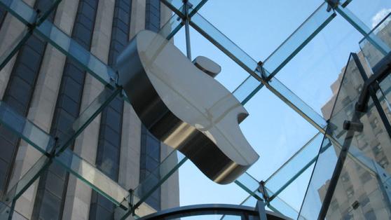 애플이 최근 5G 기능을 탑재한 아이폰 12 출시를 연기하는 방안을 논의중인 것으로 알려졌다. 시장에서는 당초 올해 5G 아이폰이 약 8000만~1억대 가량 출하될 것으로 전망했다. [애플]