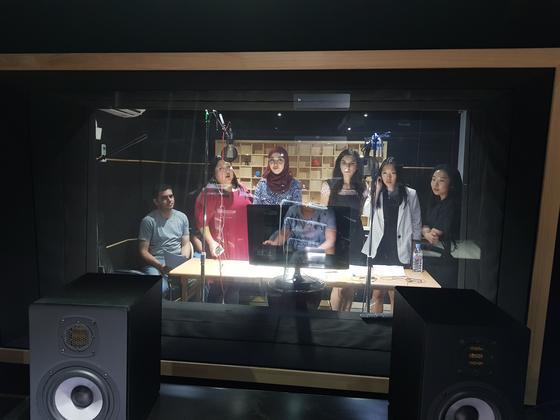 아리랑TV 미디어 콘텐트제작팀에서 K콘텐트를 자국어로 더빙하는 성우들. [사진 아리랑TV]