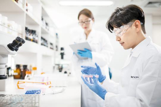 셀트리온 연구진이 매년 1개 이상 제품 허가를 목표로 의약품 연구를 진행하고 있다.
