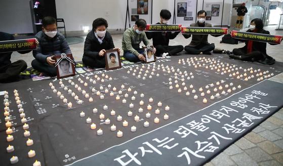 지난달 19일 오후 서울 경복궁역 메트로미술관에서 가습기살균제 피해자 가족 및 참석자들이 가습기살균제 참사 희생자를 기리는 퍼포먼스를 하고 있다. 촛불로 수놓은 '1528'은 피해 사망자 수라고 주최측이 밝혔다. [연합뉴스]