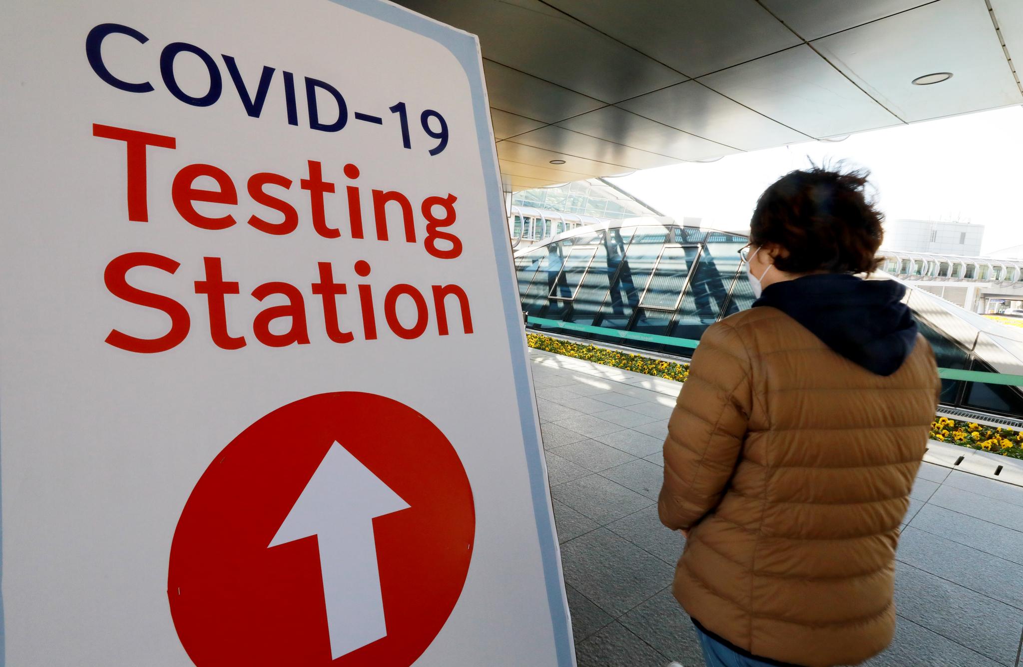 27일 오전 인천국제공항 제1터미널 옥외공간에 설치된 개방형 선별진료소에서 한 외국인이 신종 코로나바이러스 감염증(코로나19) 진단검사를 받기 위해 이동하고 있다. 뉴스1