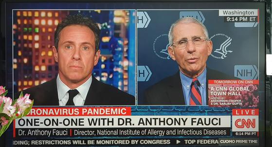 25일(현지시간) CNN 크리스 쿠오모 앵커와 대담 중인 파우치 소장.