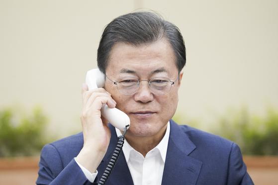 문재인 대통령이 26일 오전 청와대 여민관에서 쥐스탱 트뤼도 캐나다 총리와 전화 통화하고 있다. [청와대제공]