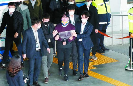 텔레그램에 '박사방'을 운영하며 미성년자를 포함한 여성들의 성 착취물을 제작, 유포한 혐의를 받는 조주빈이 25일 서울 종로구 종로경찰서에서 검찰로 송치되는 중 포토라인에 서고 있다. 강졍현 기자