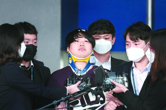 25일 조주빈(25)이 서울종로경찰서에서 기자들의 질문을 받고 있다. 강정현 기자
