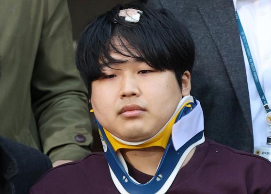 인터넷 메신저 텔레그램에서 미성년자를 포함한 여성들의 성착취물을 제작·유포한 혐의를 받는 '박사방' 운영자 조주빈(25)이 지난 25일 서울 종로구 종로경찰서 유치장에서 나와 검찰로 송치되고 있다. 뉴스1
