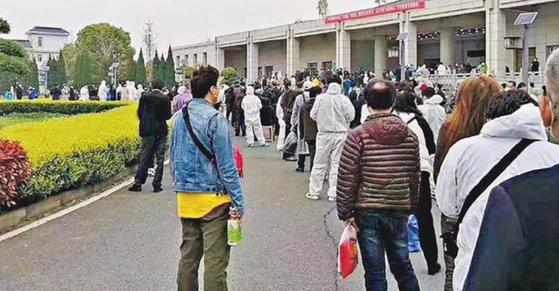 코로나19 사망자의 유골을 받으려고 기다리는 중국 우한 시민들. 연합뉴스