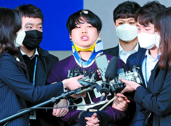 25일 조주빈(25)이 서울 종로경찰서에서 검찰로 송치되고 있다. 강정현 기자