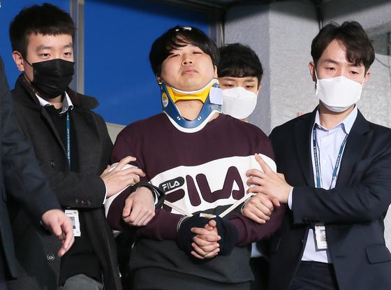 인터넷 메신저 텔레그램에서 미성년자를 포함한 여성들의 성 착취물을 제작 및 유포한 혐의를 받는 '박사방' 운영자 조주빈(25)이 25일 서울 종로구 종로경찰서 유치장에서 나와 검찰로 송치되고 있다. 강정현 기자