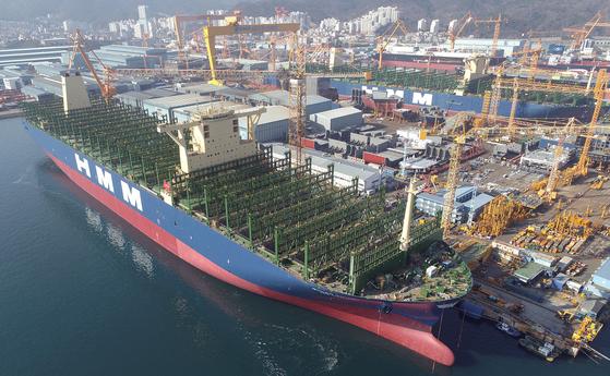 현대상선의 초대형 컨테이너 운반선. 20피트 크기 컨테이너 2만3960개를 한 번에 운송할 수 있다. 연합뉴스