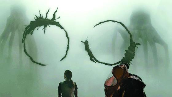 외계인 헵타포드(heptapod)는 먹물같은 액체를 뿌려 대화한다. 그들의 언어엔 시제 구분이 없고, 과거·현재·미래를 동시에 볼 수 있는 능력이 있다. 주인공도 외계어를 배운후 같은 능력을 갖게 된다. 언어가 존재를 결정한다는 이야기다. [사진 영화 컨택트]