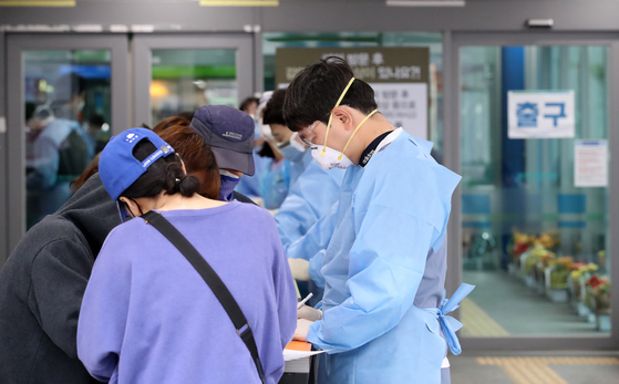 지난 26일 오후 대구 동구 신암동 대구파티마병원 일부 병동에서 다수의 신종 코로나바이러스 감염증(코로나19) 확진자가 나온 것으로 알려진 가운데 병원 관계자들이 모든 방문객에 대한 출입통제를 강화하고 있다. 뉴스1