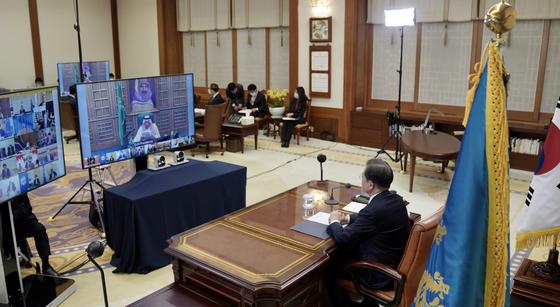 문재인 대통령이 26일 청와대 집무실에서 코로나19 공조방안 모색을 위한 G20 특별화상정상회의를 하고 있다. [청와대 제공]