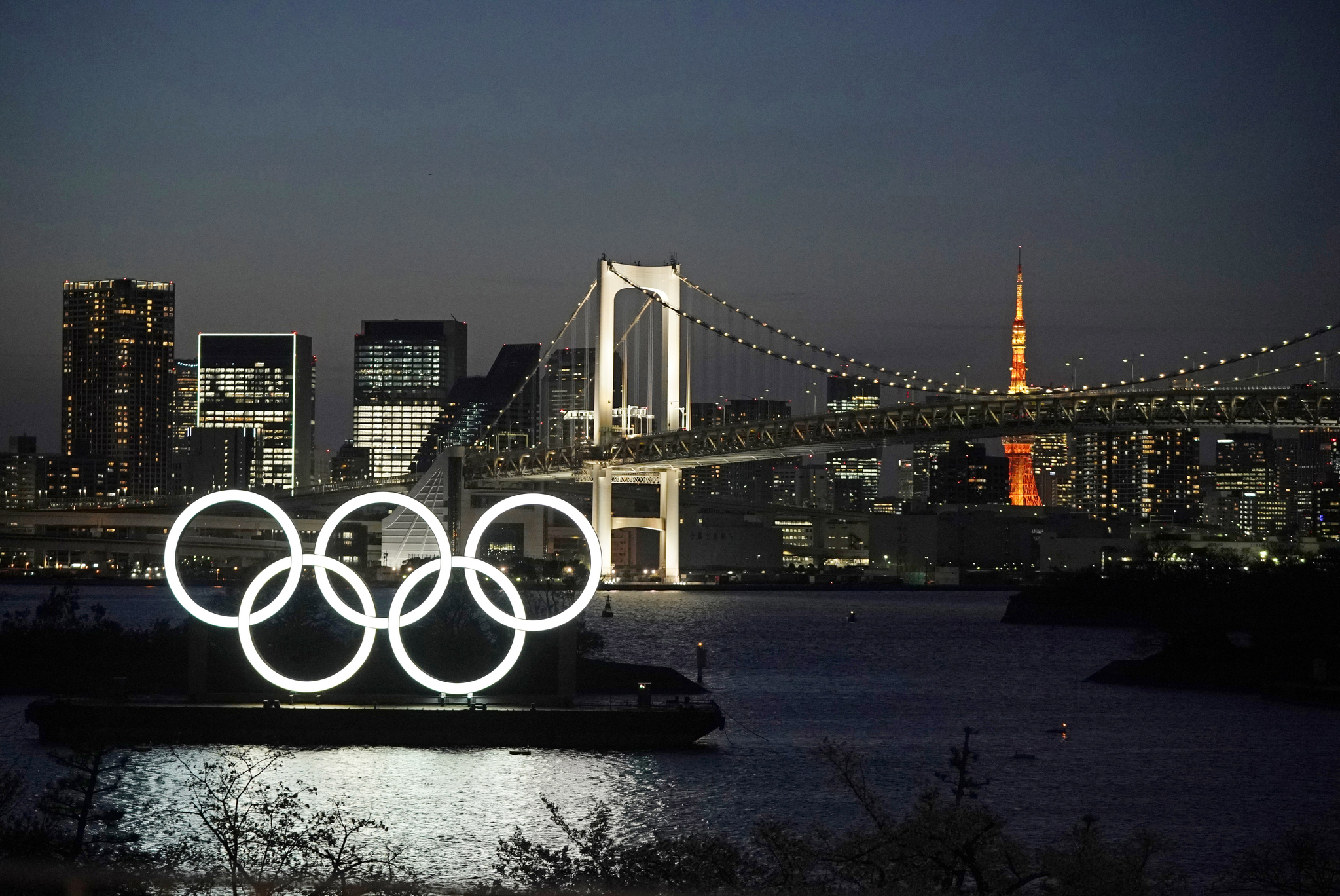 일본 도쿄 오다이바 마린파크에 설치된 올림픽 오륜기 조형물. [EPA=연합뉴스]