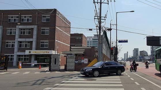 25일 오후 서울 강서구 모 초등학교 앞 도로. 속도측정카메라가 설치돼 있지 않은 탓인지 도로에서 학교 정문 방면으로 우회전하는 차량들의 속도가 빨랐다. 남수현 기자.