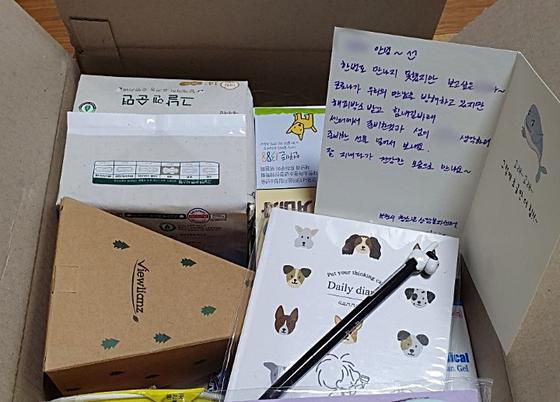 부천시 청소년 상담복지센터에서 제공하는 럭키박스에는 심리 지원지침서, 간식, 개인 방역물품이 기본적으로 담긴다. 여기에 맞춤형으로 일부 물품등이 상담사의 손편지와 함께 추가된다. [사진 부천시 청소년 상담복지센터]