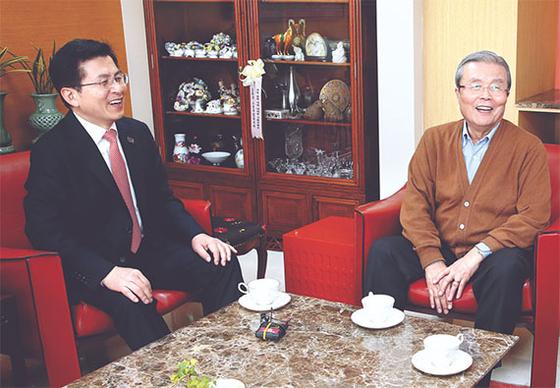26일 김종인 전 대표(오른쪽)의 서울 구기동 자택을 찾은 황교안 통합당 대표. [사진 미래통합당]