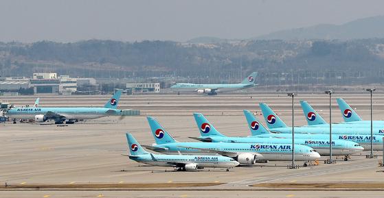 중국이 신종 코로나바이러스 감염증(코로나19)의 해외 역유입을 막기 위해 23일부터 국제 항공편이 수도 베이징(北京)에 진입하기 전에 인근 지역에서 검역을 거치도록 하면서 대한항공, 아시아나항공 등 주요 항공사들이 베이징 운항을 4월 25일께까지 중단한다.대한항공은 오는 28일부터 약 한 달간 인천~베이징 노선의 운항 중단에 들어간다.25일 인천국제공항 계류장에 대한항공 항공기가 멈춰서 있다. 뉴스1