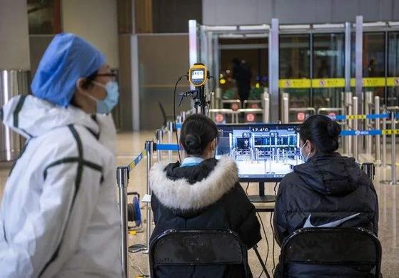 중국 베이징 공항. 지난 23일 베이징으로 오는 항공편을 지방 12개 도시를 경유하게 해 사실상 베이징의 하늘길을 막았다는 이야기를 듣는다. 중국 인민망 캡처