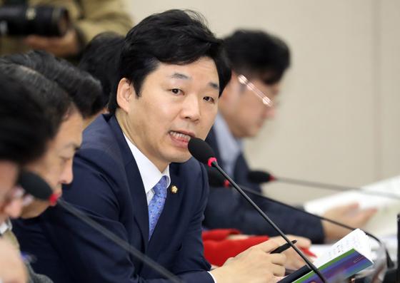 김병관 더불어민주당 의원이 지난 10일 서울 여의도 국회에서 열린 행전안전위원회 전체회의에서 질의를 하고 있다. [뉴스1]