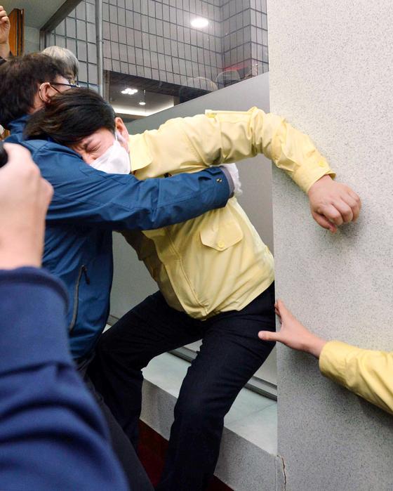 권영진 대구시장이 지난 26일 오후 대구시의회에서 열린 273회 임시회 본회의를 마치고 퇴장하던 도중 이진련 의원의 질타를 듣다 어지러움을 호소하다가 쓰러지고 있다.뉴시스.