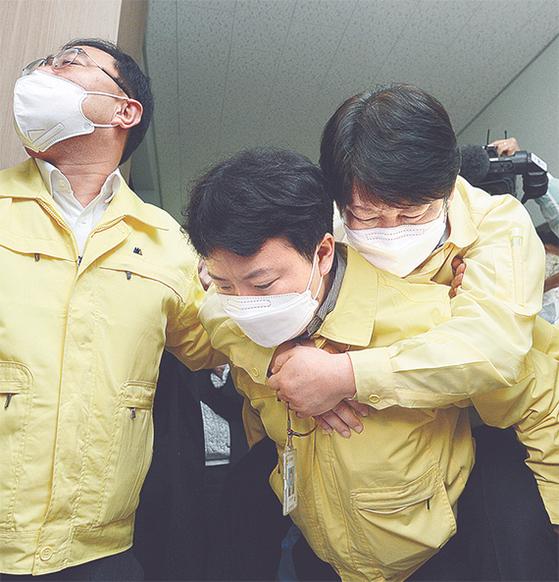 시청 숙식 35일 권영진, 시의원과 마찰 빚다 실신