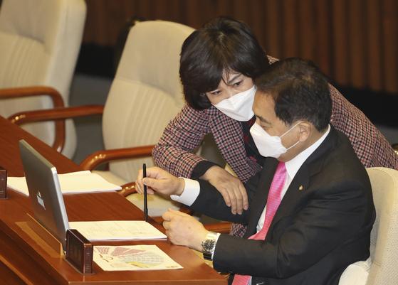 미래통합당 심재철 원내대표(오른쪽)와 김순례 의원이 5일 국회 본회의장에서 대화하고 있다. 임현동 기자