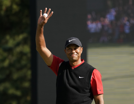 타이거 우즈가 지난해 10월 28일 PGA 투어 조조 챔피언십 우승을 확정하고 갤러리들의 환호에 답하고 있다. [AP=연합뉴스]