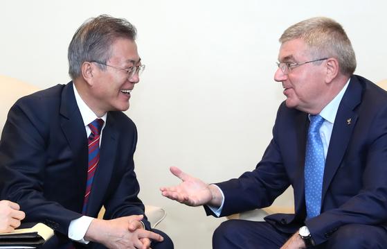 지난해 9월 미국 뉴욕에서 유엔 총회에 참석한 문재인 대통령이 토마스 바흐 IOC 위원장과 환담하고 있다. [연합뉴스]