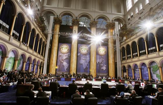 첫 G20 세계금융정상회의에 참석한 각국 정상들이 2008년 11월 14일 오전 워싱턴 내셔널빌딩뮤지엄에서 전체회의에서 글로벌 금융위기의 타개와 세계경기 부양을 위한 공조방안 마련을 논의하고 있다. [ 공동사진취재단 ]